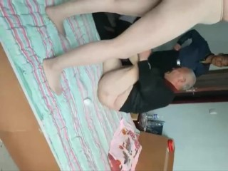 两个老头把小女子操了 Two Oldmen Fuck Young Lady In The Bed